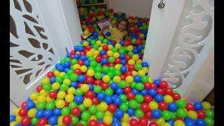 ÜST KAT MERDİVENLERDEN 2000 TOP DÖKTÜK , eğlenceli çocuk videosu