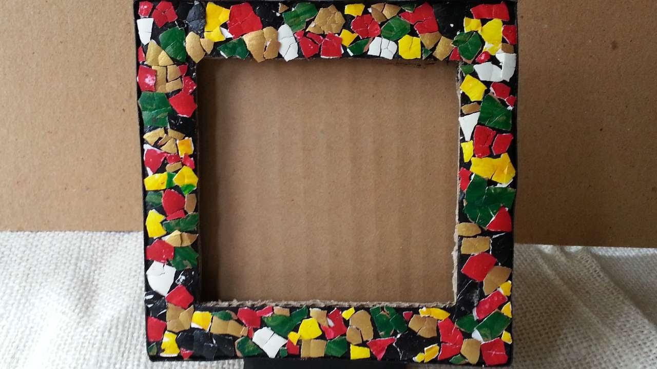 Decora una cornice con un mosaico di uova fai da te casa for Una cornice a casa libera