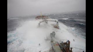 На море шторм вторые сутки , от волн огромных корпуса трещат ...