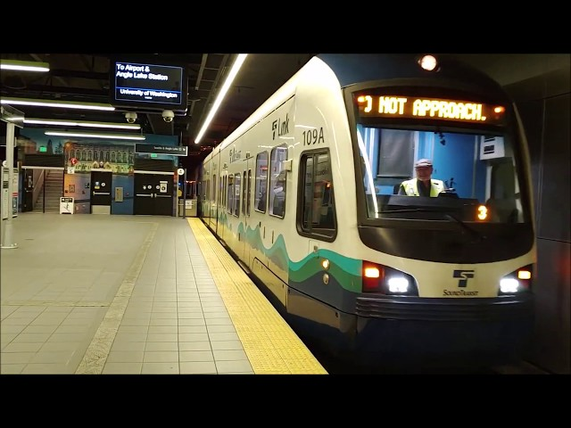 Seattle: Sound Transit: Central Link Light Rail Trains at University of Washington Station