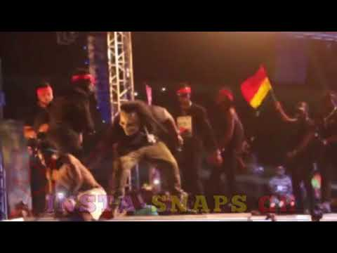 SHATTA WALE Slaps His BodyGuard After A Fan Jumped On Stage At #SConcert2017
