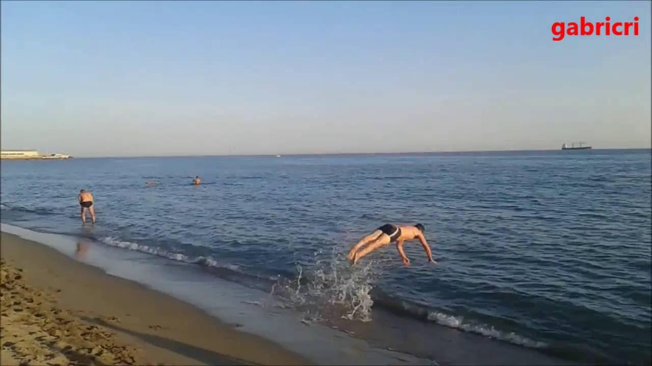 Tuffi nella secca bagno paradiso marina di carrara youtube for Bagno unione marina di carrara