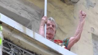 Старушка с красным флагом на балконе(Мариупольцы на антифашистском митинге в Киеве. Фотоотчет можно посмотреть на сайте http://www.0629.com.ua/news/318600., 2013-05-19T14:15:42.000Z)