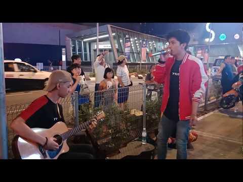 Ramai tourist stop... Haqiem Rusli sedang menyanyi...