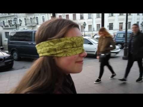Одесса вслепую. Слушаем уличного музыканта с завязанными глазами!