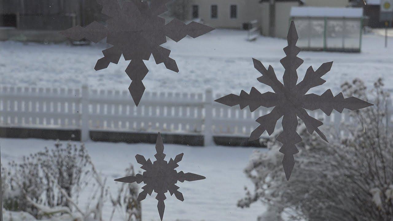 Einfache schneeflocke aus papier leicht mit kindern zu basteln als fensterdeko youtube - Fensterdeko basteln ...