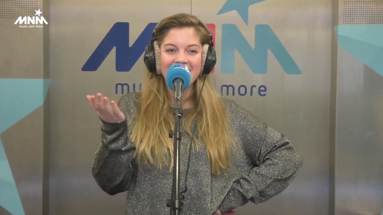 Bab Buelens: Bab Buelens (Emma Uit Familie) Zingt Intro Van Thuis