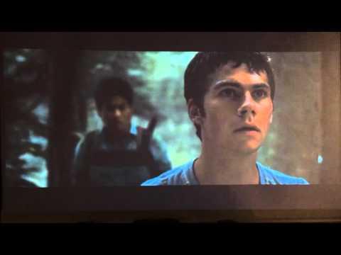 """映画『メイズランナー』の迷路で""""グリーバー""""から逃げ惑うシーン。"""