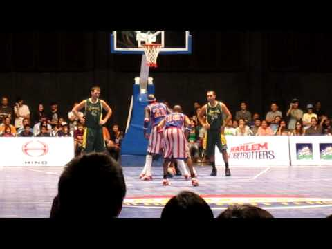 harlem-globetrotters-playing-football