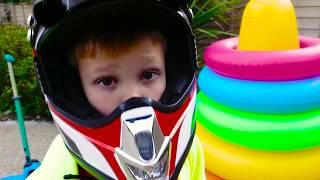Max e Katy fingem brincar com carona em motos