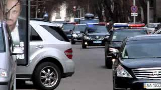 Кортеж Азарова провожают позорными клаксонами