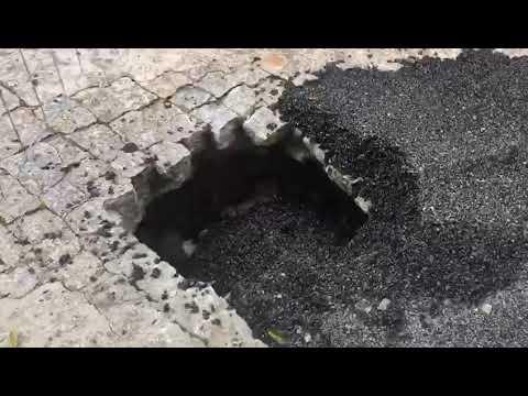 El firme se hunde en la calle Cabeza de Manzaneda y obliga a cortar el tráfico