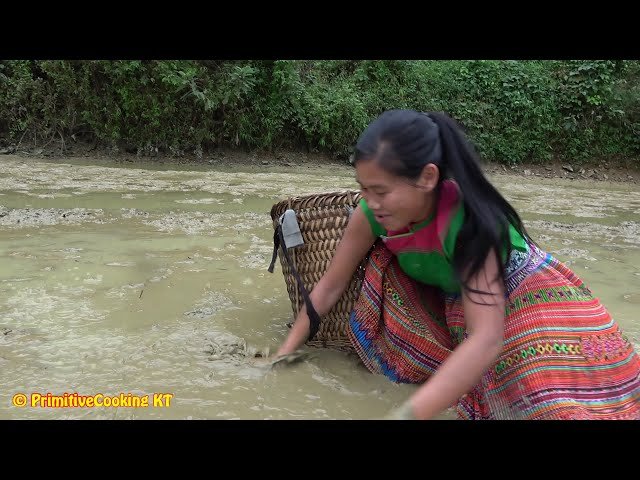 Survival skills - Catching crab at the mud pond and cooking crab recipe - Eating delicious
