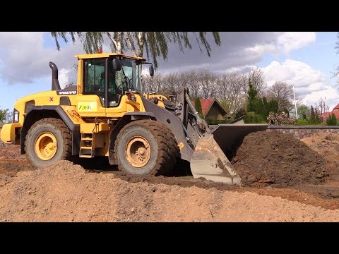 Volvo L110G Wheelloader Pushing Dirt