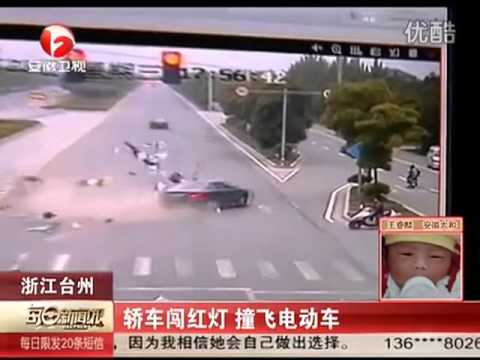 Driver in China runs red light, hits two motorbikes plus van