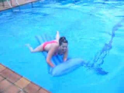 En la piscina con la colchoneta ana youtube - Colchonetas para piscina ...