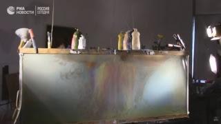 Художник создает пейзажи в гигантском аквариуме