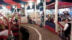 Achtung Attraktion,die nostalgische Krinoline auf dem Muencher Oktoberfest mit Blasmusik