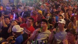 Khách Tây ngồi tràn ra đường xem chung kết aff cup ở Phố đi bộ Bùi Viện