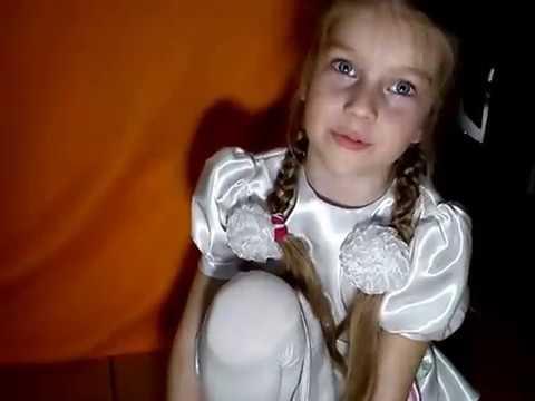 Девочка играет с киской