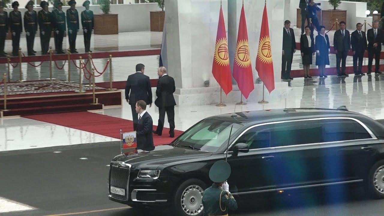 Путин приехал на церемонию встречи на лимузине Aurus — видео