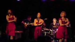 The Puppini Sisters - Walk Like An Egyptian