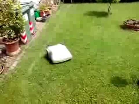 Oscar, robot tagliaerba della Zucchetti, in azione.