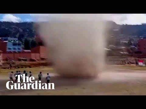 Տեսանյութ.Բոլիվիայում ֆուտբոլային հանդիպումից վայրկյաններ առաջ խաղադաշտով հզոր պտտահողմ է անցել
