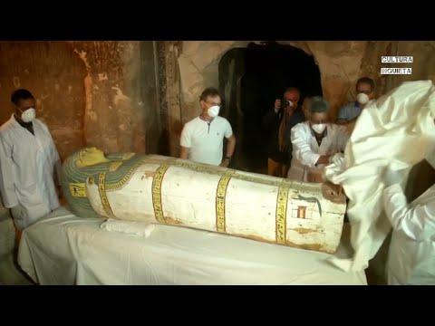 Abren un ata�d de una momia ante los medios de comunicaci�n por primera vez en Egipto.