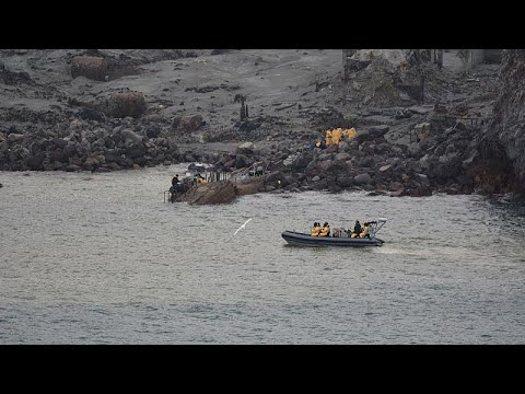 غطاسون يبحثون بالمياه الملوثة عن جثث ضحايا مأساة بركان وايت آيلاند في نيوزيلندا…  - 19:58-2019 / 12 / 14
