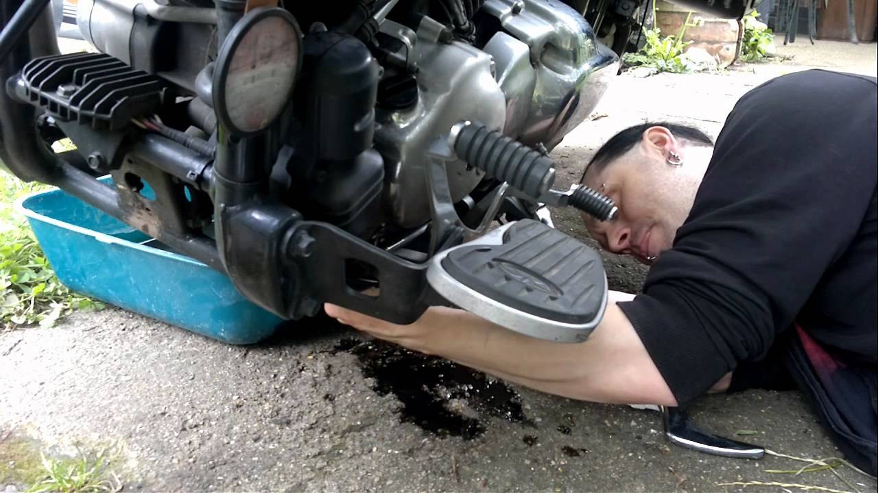 Yamaha Dragstar How To Change The Oil Youtube