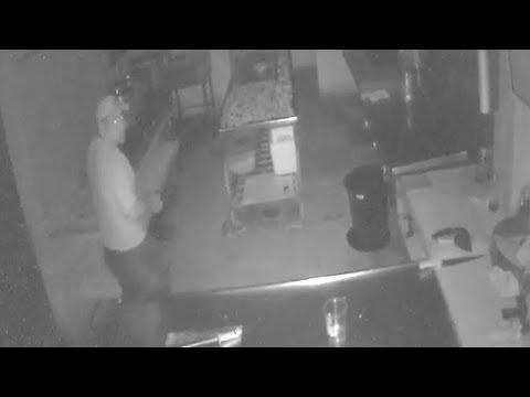 Ladrón entra a restaurante y queda grabado en video
