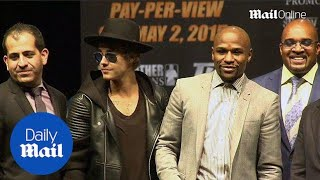 Justin Bieber joins Floyd Mayweather on stage ahead of fight - Daily Mail