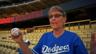 WSH@LAD: Ethier surprises fan with first pitch