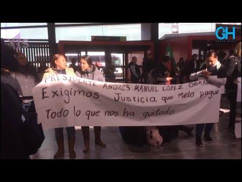 Llevan peticiones a AMLO en su llegada al Aeropuerto de Tijuana