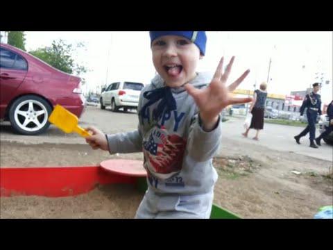 Детское видео.Макс на детской площадке ищет игрушки в песке Children's videos