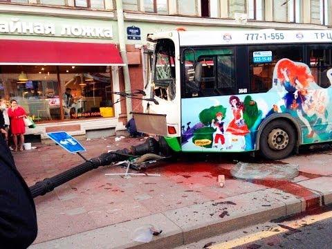 Автобус сбил 15 человек на тротуаре в Петербурге