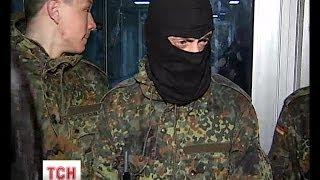 """Озброєні молодики """"від Чорновол"""" трощать установи і нападають на журналістів"""