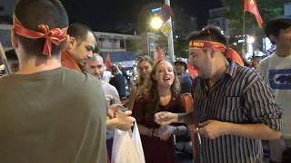 Người nước ngoài ăn mừng nhảy múa khi U23 Việt Nam chiến thắng