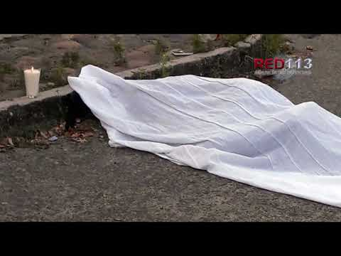 VIDEO Muere motociclista al chocar contra tráiler estacionado en LC