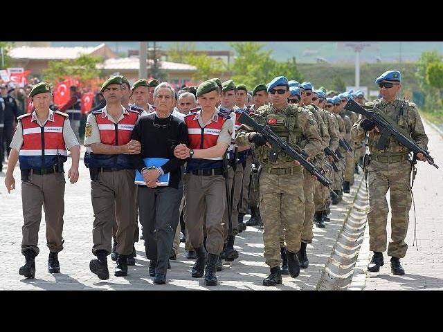 <h2><a href='https://webtv.eklogika.gr/tourkia-sto-edolio-200-katigoroumeni-gia-to-praxikopima' target='_blank' title='Τουρκία: Στο εδώλιο 200 κατηγορούμενοι για το πραξικόπημα'>Τουρκία: Στο εδώλιο 200 κατηγορούμενοι για το πραξικόπημα</a></h2>