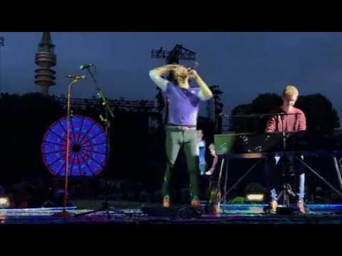 Germania, la richiesta del fan: ʺPosso suonare per voi?ʺ. E i Coldplay lo invitano sul palco