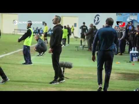 «ميدو» مشجع أهلاوي في مباراة بيراميدز.. ويؤازر لاعبي الأهلي من أرضية الملعب