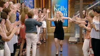 Kate McKinnon Knows How to Make an Entrance