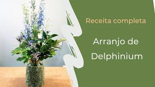 Delphinium azul em vaso decoradado com peça de crochê