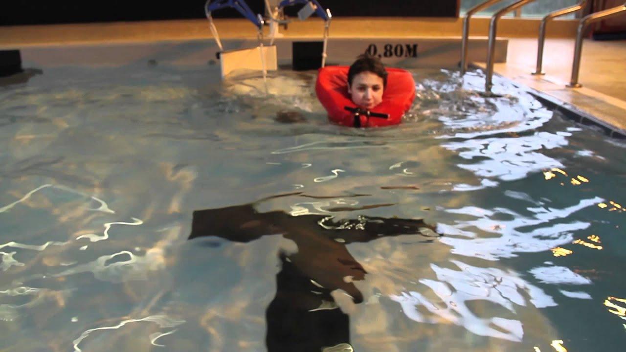 Souleve personne de piscine aqualev portable pool lift for Piscine portable