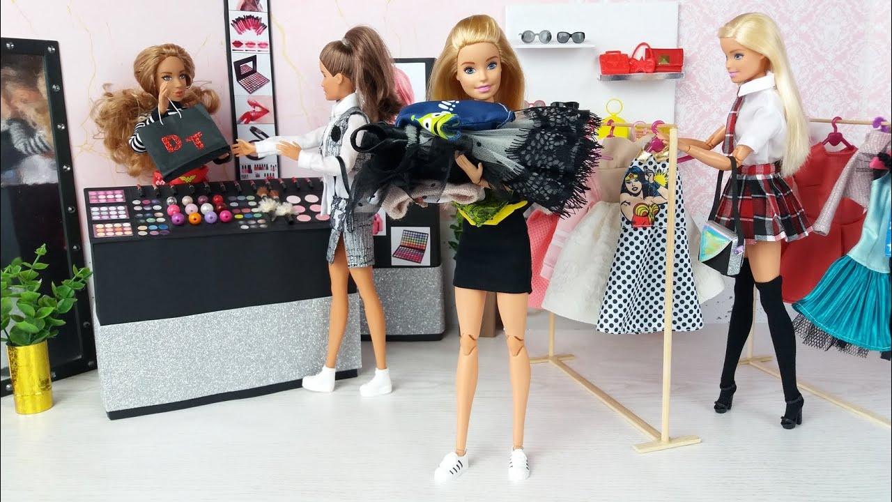 Tres Muñecas Barbie van a la tienda de la ropa @Barbie Supermercado de Muñecas