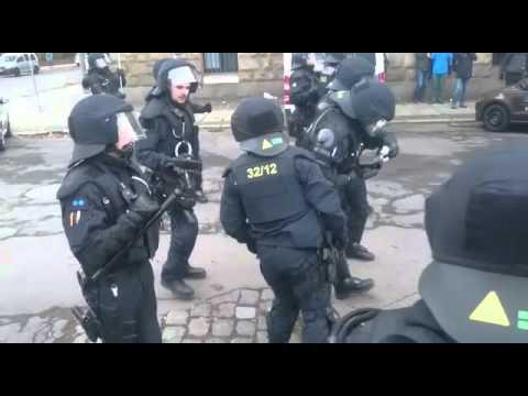 Demos in Leipzig: Polizei setzt Tränengas gegen Gegendemonstranten ein, 12.12.2015
