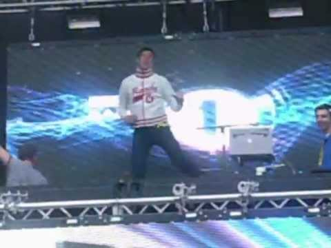 Vernon Kay does The Running Man at Hackney Weekend