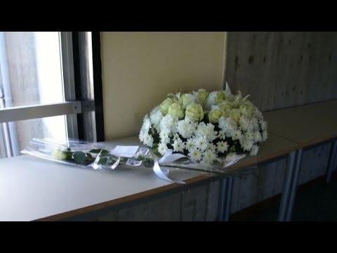 Studente morto in gita, corona di fiori bianchi a liceo a Catania